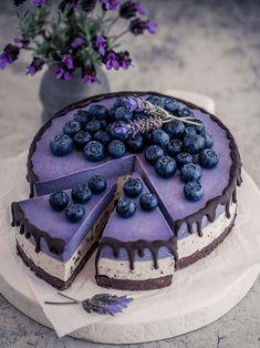 Stracciatella, Maqui Berry, and White Chocolate Cheesecake vegan by . Crust: 80 g toasted almonds (ground), 80 g… Vegan White Chocolate, White Chocolate Cheesecake, Chocolate Cake, Gluten Free Cheesecake, Cheesecake Recipes, Award Winning Cheesecake Recipe, Raw Vegan Cheesecake, Blueberry Cake, Blueberry Cheesecake