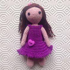 Bambolina amigurumi con i capelli lunghi e vestitino viola, fatta a mano all'uncinetto, by La piccola bottega della Creatività, 21,90 € su misshobby.com