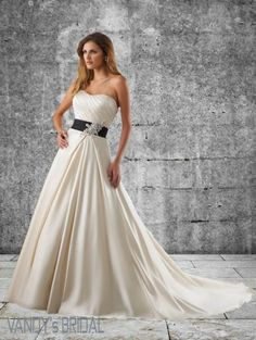 2013 A Line Sweetheart Neckline Sleeveless Chapel Train Ivory Satin Wedding Gown with Applique (SAW251)