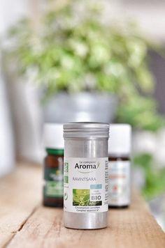 Ces huiles essentielles, je les utilise au quotidien (ou presque). Vous les trouverez dans ma salle de bain, sur ma table de chevet, dans ma trousse de voyage ou à traînerquelque part dans la mais…
