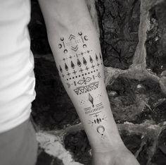 homme tatouage graphique tarif avant bras symboles