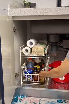 Small Bathroom Organization, Small Kitchen Storage, Kitchen Cabinet Organization, Home Organization Hacks, Small Storage, Organizing Ideas, Under Kitchen Sinks, Home Decor Kitchen, Kitchen Design