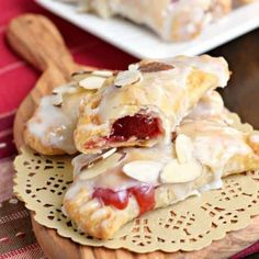 Easy, baked Cherry Almond Hand Pies with Cherry Filling. A flaky crust with a cherry almond pie filling, dipped in a sugary glaze and topped with sliced almonds. The perfect dessert! Köstliche Desserts, Delicious Desserts, Dessert Recipes, Holiday Desserts, Holiday Recipes, Almond Pie Recipe, Recipe 4, Cherry Hand Pies, Shugary Sweets