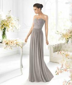 Vestido largo estrapless en color gris para damas de boda - Foto La Sposa