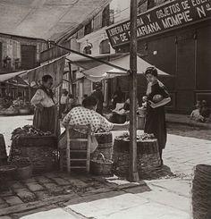 Puesto de mercado en la plaza del Doctor Collado, años 30.       2013-Ángel M.