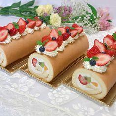 HIDEMIさんはInstagramを利用しています:「フルーツロールケーキ🍓🥝🍊🍌 ・ 急にお友達に頼まれてロールケーキを3本も作ることになりました😳 バナナとオレンジとキウイとイチゴを巻いて、両端を慎重に切り落として…今日は綺麗な断面にできあがりました💮 イチゴを沢山飾ってかわいくできたかな🥰 ・ ・ #手作りケーキ…」 Gourmet Desserts, Dessert Recipes, Swiss Roll Cakes, Cake Roll Recipes, Log Cake, Bakery Recipes, Cafe Food, Cake Shop, Cute Cakes