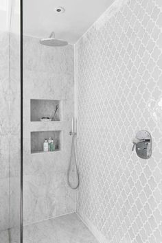 Bathroom decor for the bathroom remodel. Learn bathroom organization, master bathroom decor suggestions, master bathroom tile a few ideas, bathroom paint colors, and more. Interior Minimalista, Small Showers, Bathroom Renovations, Bathroom Ideas, Bathroom Showers, Simple Bathroom, Bathroom Organization, Zen Bathroom, Bathroom Canvas