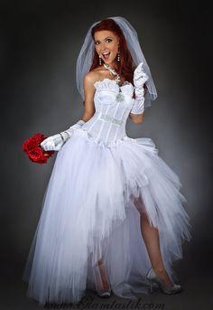 Este vestido es de un tamaño medio. Que ajusta una 34-36 busto y una cintura de 28-30. Si no es su tamaño, también está disponible en tamaños pequeño-XL. Todos los pedidos de encargo toman 4-6 semanas para hacer y enviar  Este vestido es simplemente fabuloso! Es el toque de Madonna como una Virgen Vestido de novia. Es muy divertido para usar y viene incluso con el velo! El corsé es totalmente deshuesado. Es un ver levemente elástico a través de la tela. Esto hace muy cómodo el vestido! El…