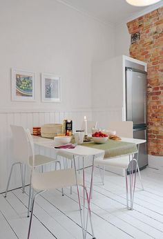 Cocina Blanca y Moderna con un Toque Rústico
