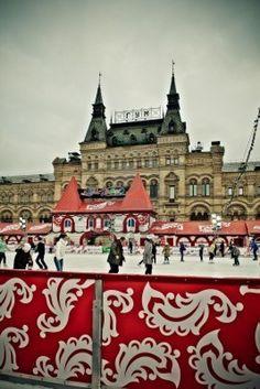 MOSCÚ, RUSIA, 11 de diciembre: Los patinadores Vencer la batalla contra la tristeza del invierno en la pista de hielo anual de Navidad en la Plaza Roja