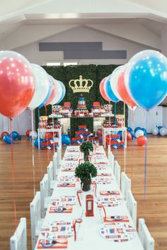 London Calling Birthday Party (Style Me Pretty Living) London Theme Parties, British Themed Parties, British Party, London Party, Royal Theme Party, England Party, England Uk, Paddington Bear Party, Queen 90th Birthday