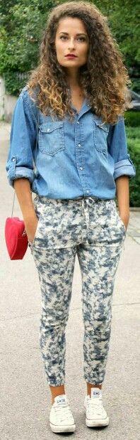 Blusa jeans + pantalon print + zapatillas blancas