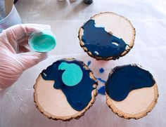 Marbled Resin Wood Coasters with EnviroTex Lite - Pouring resin onto wood coasters Informations About Marbled Resin Wood Coasters with EnviroTex Lite - Epoxy Resin Art, Diy Resin Art, Art Diy, Diy Resin Crafts, Wood Resin, Wood Crafts, Stick Crafts, Cardboard Crafts, Diy Resin Coasters