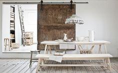 my newspaper lamp mbd dans le vtwonen de mai merci Cléo.De houten eettafel en bank zijn gemaakt van tulpenhout: puur, naturel en eigentijds.