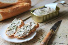 Rillette de sardinas  1 lata pequeña de sardinas en aceite de oliva, como 80 g más o menos, 70 g de queso crema, ¼ de cebolleta, 60 ml de zumo de limón, perejil picado, sal y pimienta negra, pan tostado