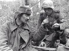 Soldado alemán ofrece un cigarrillo a un prisionero soviético, 1942.