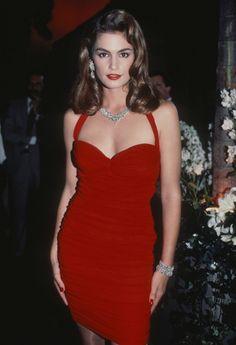 Cindy Crawford à New York dans les années 90, robe rouge et diamants