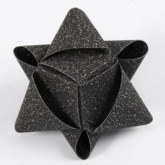 Kubeformet stjerne af glitrende stjernestrimler fra Vivi Gade. Using paper strips to make a star. Three strips, but I'm not sure how long they need to be.