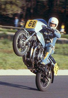 Legendary Kiwi Graeme Crosby wheelstanding in the late seventies Kawasaki Motorbikes, Kawasaki Motorcycles, Racing Motorcycles, Racing Bike, Road Racing, Vintage Bikes, Vintage Motorcycles, Custom Motorcycles, Super Bikes
