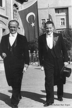 Ahmet Tevfik İleri ile siyaset ve cezaevi arkadaşı Rize milletvekili Osman Kavrakoğlu. (Ankara, 1950)