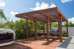 pergola en bois pour la terrasse avec un coin repas