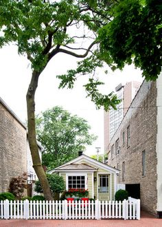 Tiny Chicago Home - Historic Old Town Cottage - Country Living