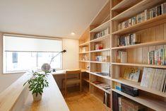 【環境と共生する暮らし/上越展示場】階段を上がった先には家族の共有スペース。壁一面の本棚と窓際のデスクは、書斎やスタディコーナーとしても活躍します!/#木の家 #木の家専門店 #自然素材 #自然素材の家 #注文住宅 #新築 #マイホーム #新潟の家 #暮らし #カウンター #書斎 #デスク #趣味 #本棚 #家づくり #study #counter #desk #myhome #niigata Small Home Gyms, At Home Gym, Library Study Room, Japanese House, House Plans, Bookcase, Layout, Shelves, Home Decor