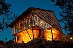 Es un fantástico lugar instaurado en medio de las sierras de Minas. Fue construido en 1946 por el arquitecto Julio Vilamajó, precisamente en Villa Serrana.