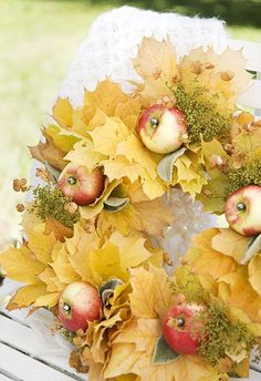 Greet your guests this fall with a beautiful fall wreath! Find ideas for simple, rustic and elegant fall wreaths and trendy farmhouse style fall wreaths. Autumn Nature, Autumn Home, Autumn Leaves, Golden Leaves, Elegant Fall Wreaths, Autumn Wreaths, Wreath Fall, Deco Floral, Arte Floral