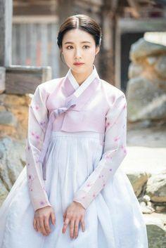 Korean Traditional Dress, Traditional Fashion, Traditional Dresses, Hanbok Wedding, Korean Princess, Korea Dress, Shin Se Kyung, Modern Hanbok, Queen Costume