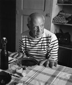 One of my favorite Picasso portrait. # Les pains de Picasso, Vallauris, 1952 © Atelier Robert Doisneau courtesy of GAMMA-RAPHO Agency# Robert Doisneau, Saint James, Pablo Picasso, Picasso Art, Guernica, Francoise Gilot, Fotojournalismus, Sailor Shirt, Breton Stripes