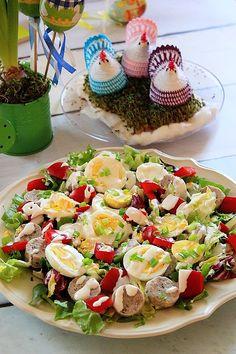 Wielkanocna sałatka z białą kiełbasą i jajkiem