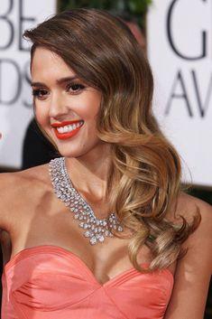 Jessica Alba también se ha beneficiado de la inspiración Veronica Lake, modernizada con un degradé californiano en las puntas. El brillo de su cabello es, sencillamente, sublime.