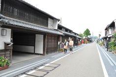 Okayama Tsuyama 岡山 津山 城東地区  のんびり散策してみよ~!    旧出雲街道に沿って白壁や格子窓が美しい静かな町屋が続き、城下町の姿を色濃く残しています。町並み保存地区には、「津山洋学資料館」をはじめ、「城東むかし町家」「箕作阮甫旧宅」など、ゆっくり楽しめるスポットがいっぱい!