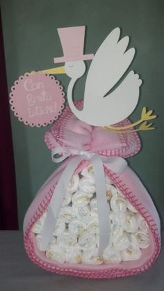 Diaper cakes - Tarta de Pañales - Baby Shower gifts and crafts Baby Shower Cakes, Fiesta Baby Shower, Baby Shower Diapers, Baby Shower Favors, Shower Party, Baby Shower Parties, Baby Shower Themes, Baby Shower Gifts, Shower Ideas