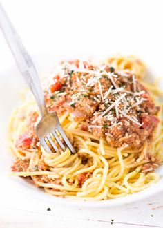 Vegetarian Bolognese Sauce is the best sauce for your spaghetti, ever. Packed with our favorite homemade vegetarian meat replacement to mimic a traditional bolognese and spaghetti sauce. Weight Watchers Points: 4 points per serving Vegetarian Recipes Videos, Vegan Lunch Recipes, Veggie Recipes, Recipes Dinner, Free Recipes, Easy Recipes, Healthy Recipes, Sauce Recipes, Vegan Spaghetti