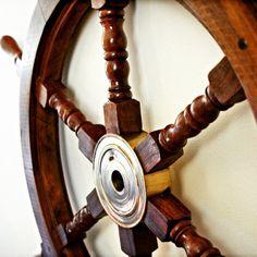 Drewniane koło sterowe z mosiężną piastą - prestiżowy morski symbol przywództwa, stylowy żeglarski prezent, alegoria trzymania steru władzy, dowodzenia, marynistyczny synonim kapitańskiej wiedzy i odpowiedzialności, właściwych decyzji i obierania dobrych kursów, dobrego dowództwa i bezpiecznego powrotu do portu, ponadczasowy prezent dla Żeglarza i osób zakochanych w morzu i żaglowcach, nobilitujący element morskiego wystroju wnętrz, morski styl  http://sklep.marynistyka.org/kola-sterowe-c-4.html