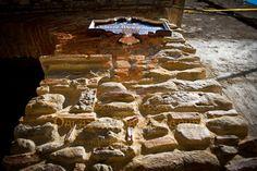 """A Cariati, in Calabria, nel caratteristico centro storico fortificato (anno 1000), circondato da poderosa mura e da otto torrioni, quasi a picco sullo splendido mare Jonio, lungo la costa chiamata """"Costa dei Saraceni"""", ricco di arte, di storia e di antiche tradizioni religiose, in un palazzo d'epoca del 1600 (Palazzo Mascambruno), è stato realizzato il confortevole B Residenza d'Epoca """"Palazzo Mascambruno"""" predisposto per un'accoglienza esclusiva e riservata a pochi selezionati ospiti."""