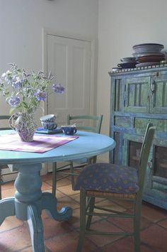 5 Qualified Tips AND Tricks: Shabby Chic Modern shabby chic porch potting tables.Shabby Chic Living Room Boho shabby chic office vintage homes.Shabby Chic Diy Home. Shabby Chic Dining, Shabby Chic Living Room, Shabby Chic Kitchen, Shabby Chic Furniture, Painted Furniture, Country Kitchen, Shabby Chic Interiors, Shabby Chic Homes, Blue Interiors