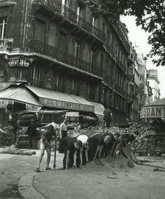 Une barricade au coin de la place Saint-Michel et de la rue de la Huchette en août 1944. Une photo de Robert Doisneau.