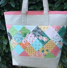 Patchwork habille ce sac pratique - Quilting Digest Patchwork Dresses Up This Handy Bag – Quilting Digest En Pointe Bag Tutorial Quilted Tote Bags, Patchwork Bags, Patchwork Quilting, Bag Patterns To Sew, Sewing Patterns, Handbag Patterns, Tote Pattern, Fabric Bags, Fabric Basket