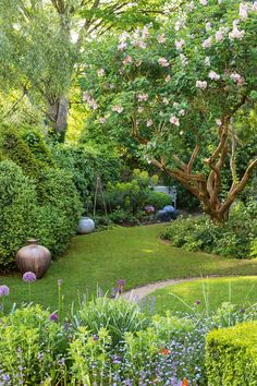 30 Best Front Yard And Backyard Landscaping Ideas on A Budget 30 besten Vorgarten und Hinterhof Landschaftsbau Ideen mit kleinem Budget Back Gardens, Outdoor Gardens, Kew Gardens, Miami Gardens, Small Backyard Gardens, Small Backyards, Amazing Gardens, Beautiful Gardens, Beautiful Flowers