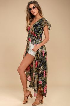 Turn the sidewalk into your runway with the Urban Garden Green Floral Print Maxi Top! Chiffon, with a floral print, shapes a V-neckline and bodice. Look Fashion, Trendy Fashion, Autumn Fashion, Fashion Outfits, Womens Fashion, Fashion Design, Classy Outfits, Plaid Outfits, Casual Fall