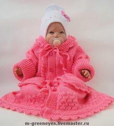Это вязаное пальто для девочки универсально. Малышка будет носить его как минимум года три. Такое вязаное пальто можно использовать и как мешок-конверт для младенца. А для ребеночка постарше это вязаное  пальто макси. Подрос ребенок – вот вам пальто; полу-пальто; куртка. Пять в одном!!!