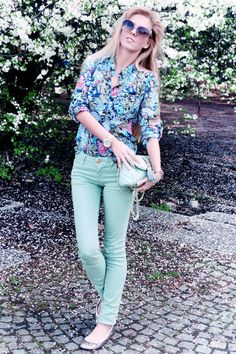wish I could pull off coloured denim like this!