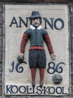 GOUDSBLOEMSTRAAT 85 Amsterdam Gevelsteen met een staande man, onderschrift KOOL IS KOOL ANNO 1686 In juni 1615 werden in dit deel van de Jordaan door de overheid de stadserven uitgegeven. Koper van erf nr. 6 in de Goudsbloemstraat, breed 20 voet en lang 50 voet, is Andries Olffersz. Hij bebouwd het erf want als hij in 1624 zijn bezit verkoopt luidt de omschrijving: 'een huis en erf in de Goudsbloemstraat, zuidzijde, met een gang daarnaast van 4 voet breedte; het erf breed 20 voet, en lang…