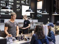 Joe & The Juice avaa marraskuun lopulla ensimmäisen mehubaarinsa Helsingin keskustan Stockmanniin. Juuri nyt yrityksellä on käynnissä rekrytointi, jossa komeus ja viileys ovat valttia.