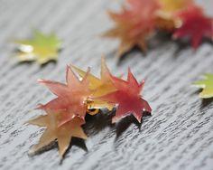 赤く染まっていく楓の葉っぱをイメージしたイヤーカフになります。素材はプラバンです。磨りガラスのようなマットな質感です。葉の先が軽く尖っているので装着時にお気をつけ下さい。受注生産となります。一つ一つお作りしておりますので、微妙な違いがあります。  画像と...