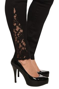 Plain black skinny jeans, but then they add this sliver of lace to… Torrid Jeans! Plain black skinny jeans, but then they add this sliver of lace to the bottom! Skinny Pants Outfits, Skinny Jeans, Diy Fashion, Fashion Outfits, Womens Fashion, Kleidung Design, Lace Jeans, Diy Vetement, Plain Black