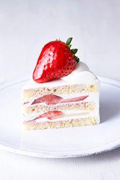 """栃木県が17年の歳月をかけ、10万株以上の中から生まれた苺、""""スカイベリー""""。この新種の苺をふんだんに使った限定スイーツがパティスリー キハチに登場する。期間は2015年2月18日(水)から3月3日(... Sweet Cakes, Cute Cakes, Cute Desserts, Dessert Recipes, Birthday Sheet Cakes, Cake Packaging, Pink Foods, Strawberry Desserts, Food Humor"""
